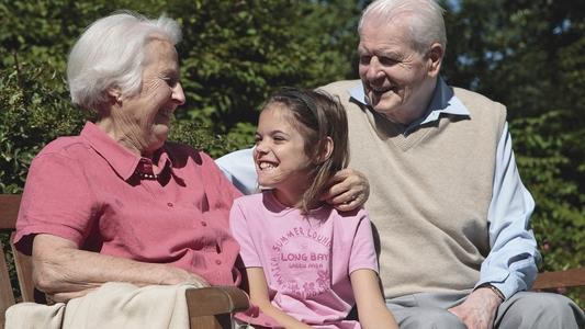 Senioren mit Enkelkind