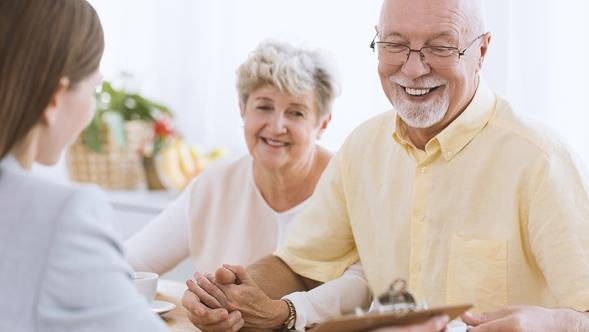 Seniorenehepaar bei der Pflegeberatung
