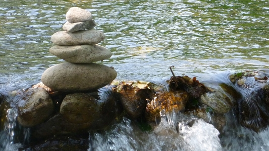 Steine am Wasser