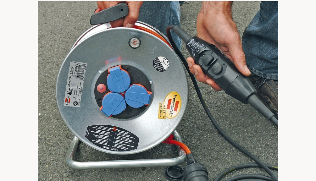 Bild:Spritzwassergeschützter Leitungsroller mit selbstschließenden Klappen und Personenschutzschalter