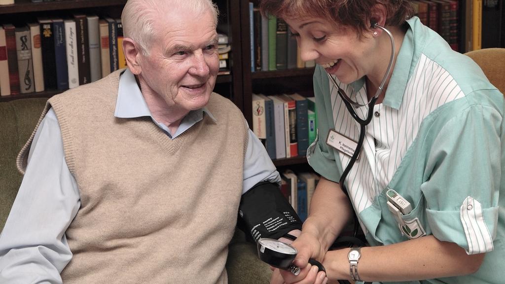 Senior mit Pflegedienst beim Blutdruckmessen