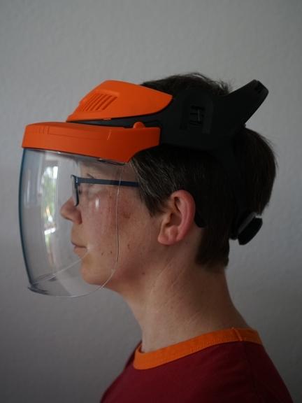 Bild: Frau mit Klarsichtvisier als Gesichtsschutz