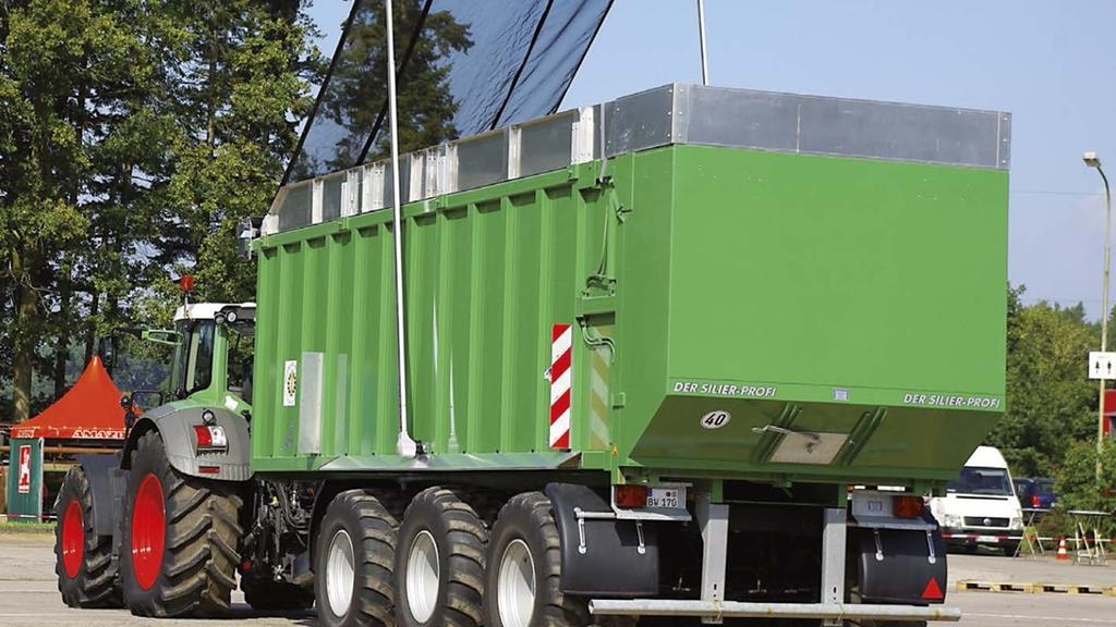Mit einem Anhänger mit Bordwänden werden Silage oder Häckselgut sicher transportiert.