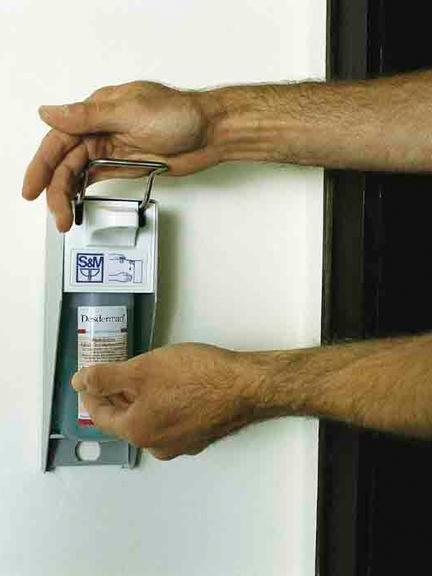 Händedesinfektionsgerät wird bedient