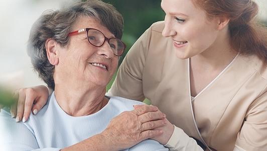 Seniorin mit Pflegekraft