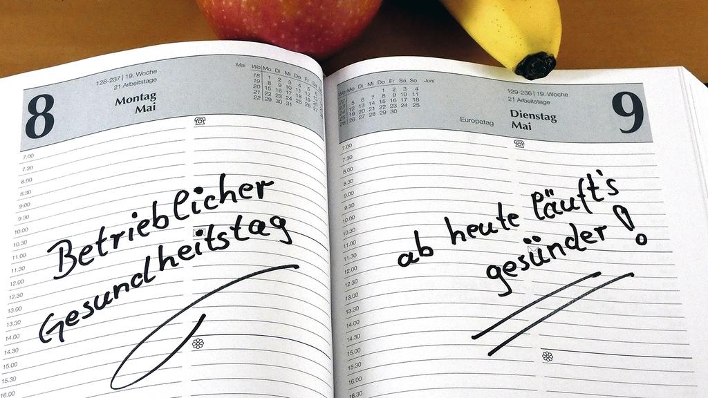 Kalender mit Eintrag sowie Apfel und Banane