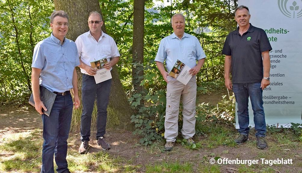 Bild: MdB Peter Weiß mit drei Personen beim Arbeitssicherheitstag im Wald
