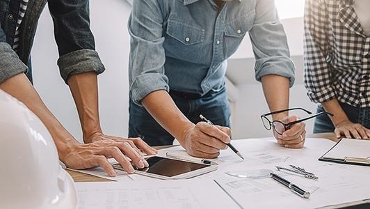 Männer bei der Planung am Tisch