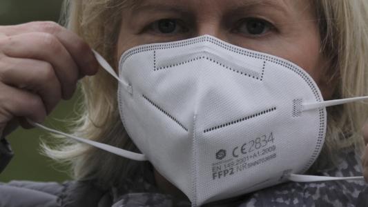 Frau mit Atemschutzmaske FFP2
