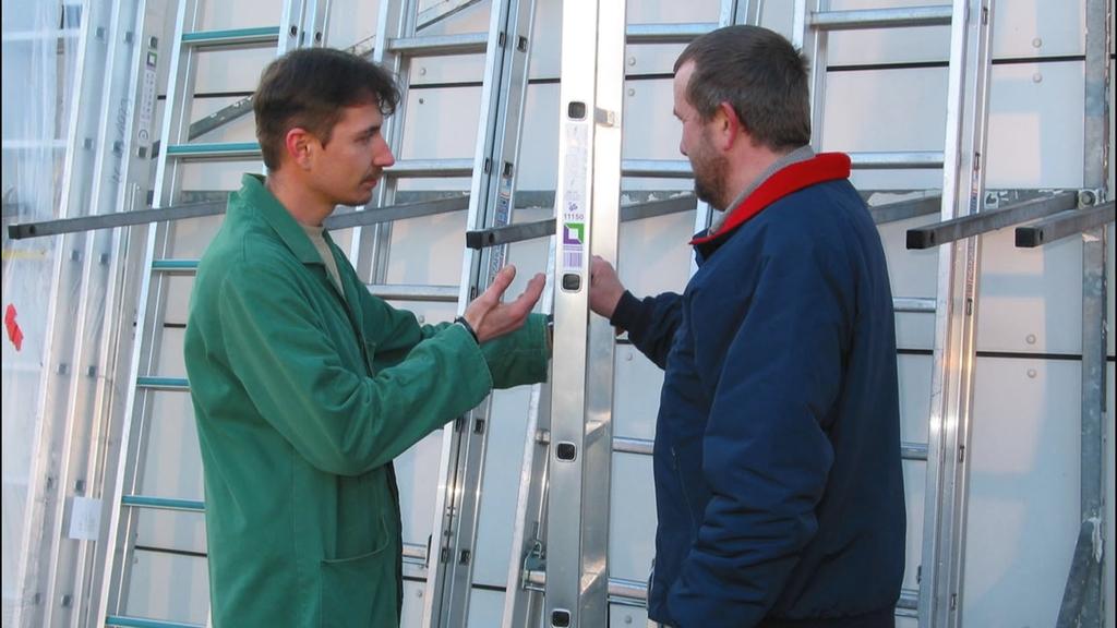 Zwei Personen im Gespräch über Leitern