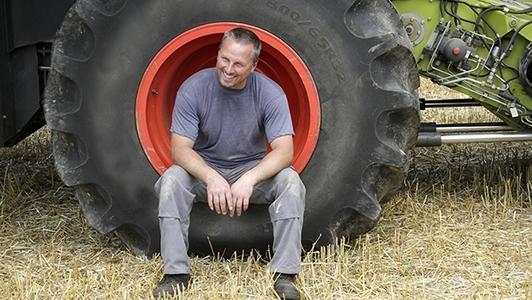 Mann im Traktorreifen