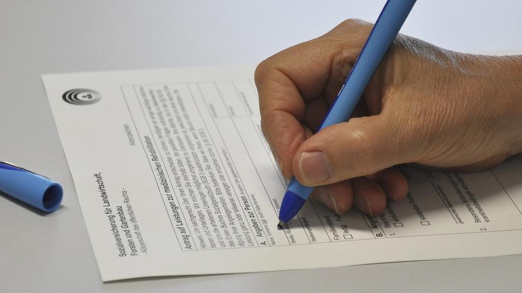 Antragsformular wird per Hand ausgefüllt