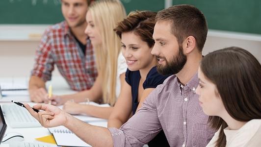Studierende im Schulungsraum beim Lernen