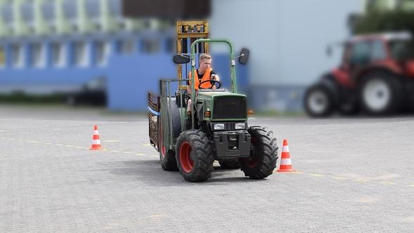Schmalspurtraktor beim Fahrtraining