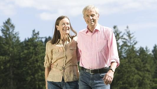 Senioren-Ehepaar spaziert am Waldrand