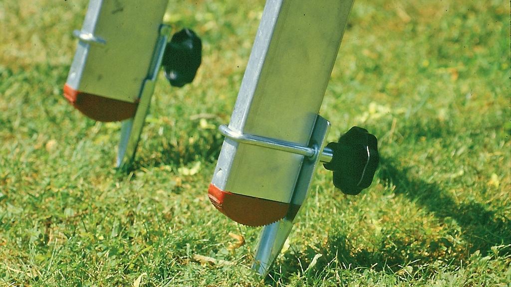 Leiter mit Metallspitzen auf Rasen