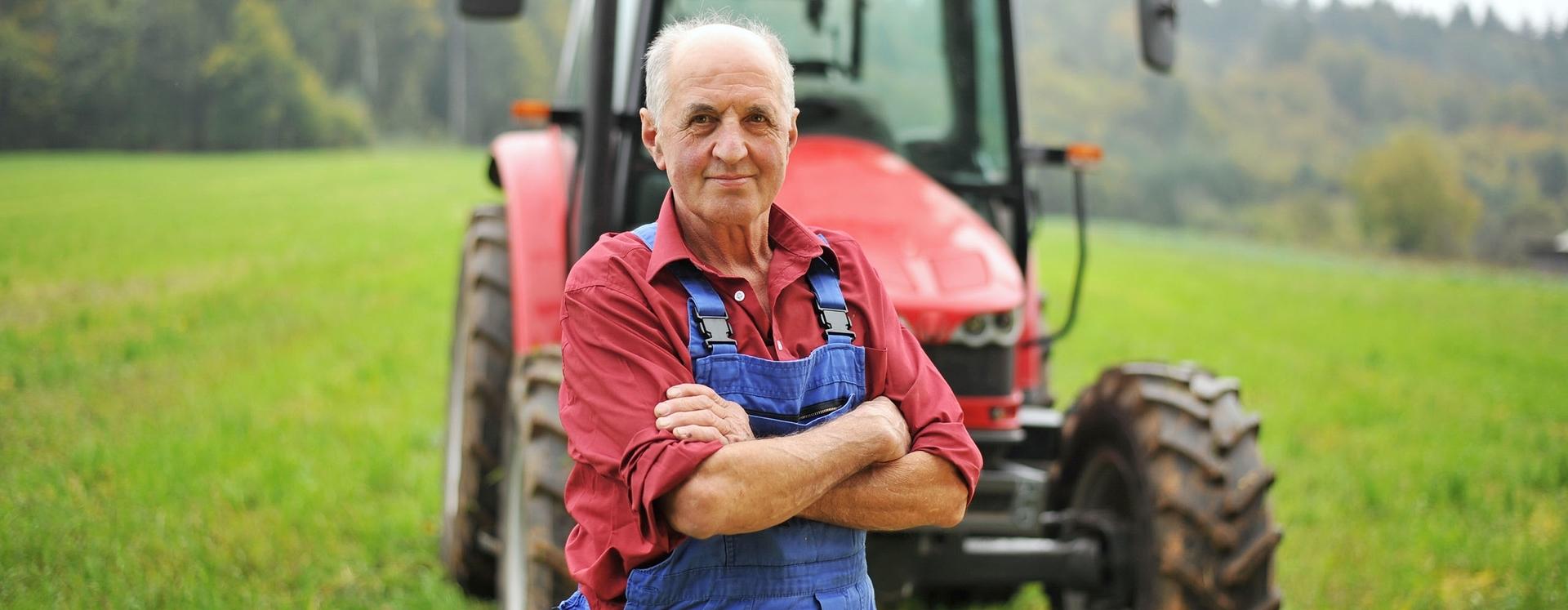 Mann vor Traktor