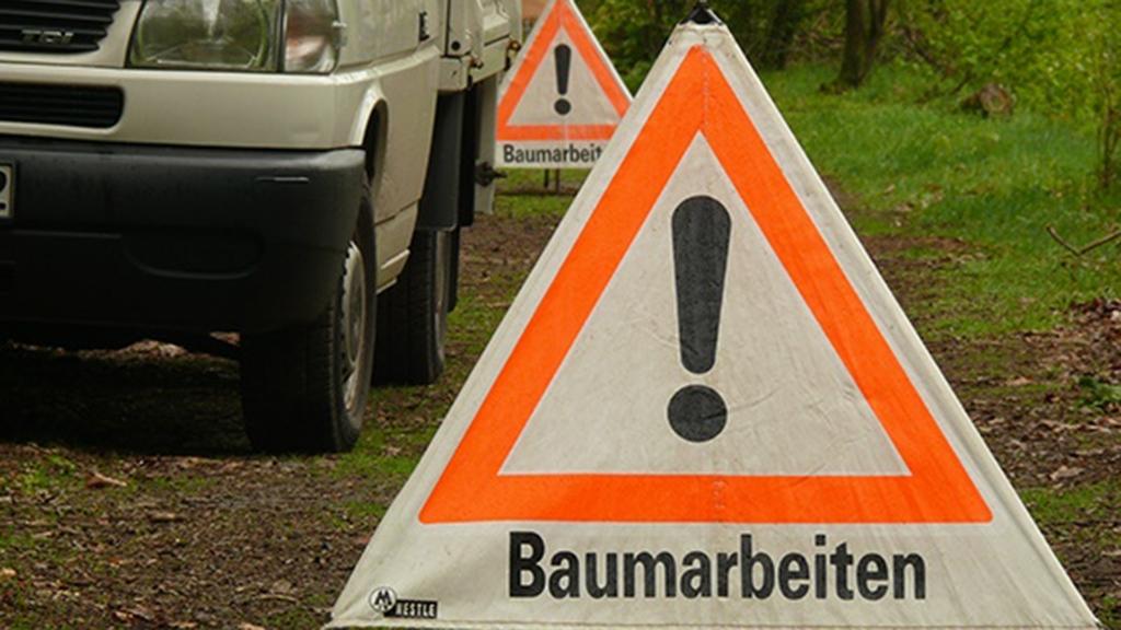 Das Gefahrenschild für Baumarbeiten kennzeichnet den Bereich von Baumfällarbeiten.