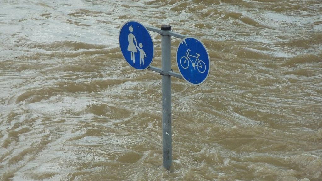 Verkehrsschild für Fußgänger- und Radfahrweg im Hochwasser