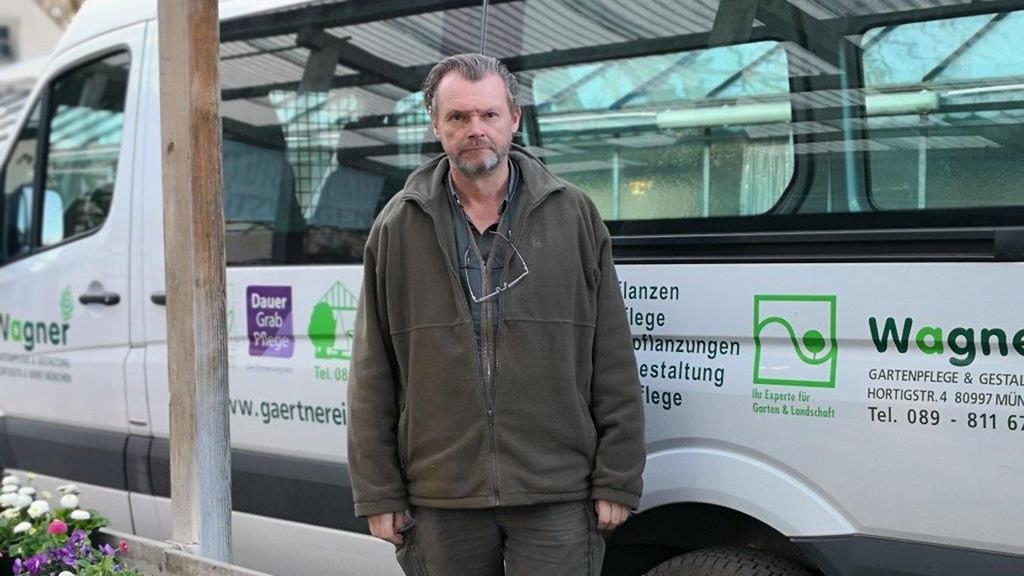 Stefan Wagner aus München, Unternehmer der Gärtnerei, Gartenpflege & Gestaltung Wagner, vor seinem Firmenfahrzeug