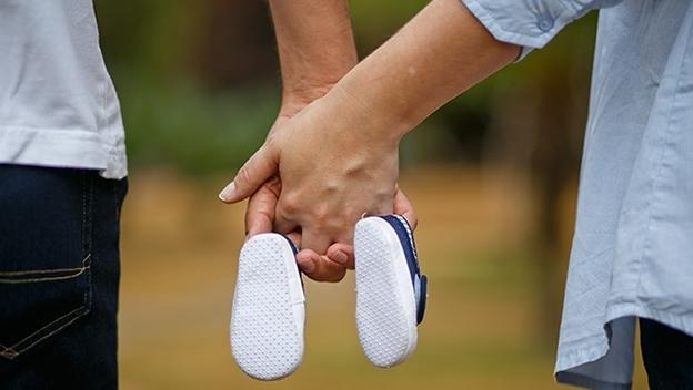 Mann und Frau mit Babyschuhen