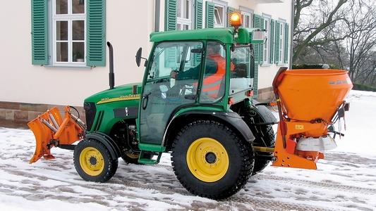 Traktor mit Räumschild und Salzstreuer