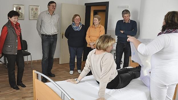 Pflegende Angehörige beim Pflegekurs