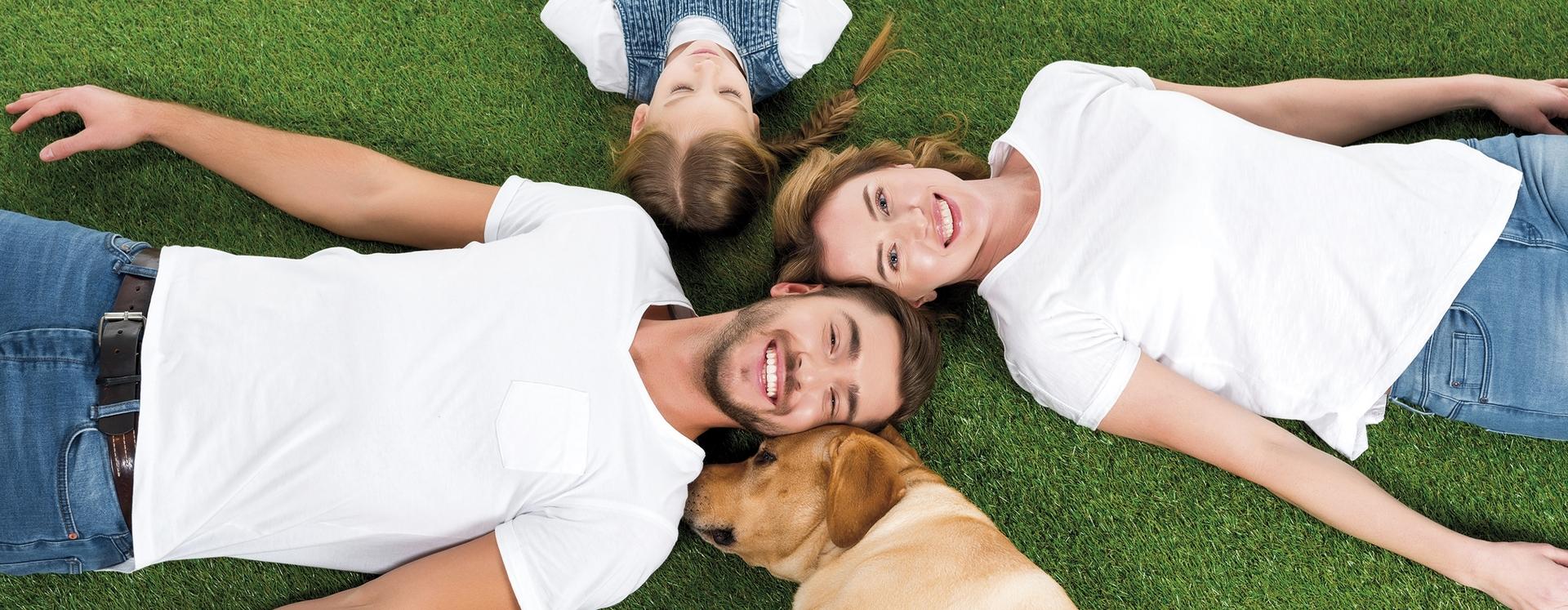 Familie mit Kind und Hund