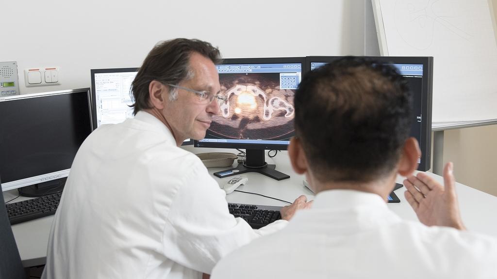 Ärzte am Bildschirm in einer Beratung