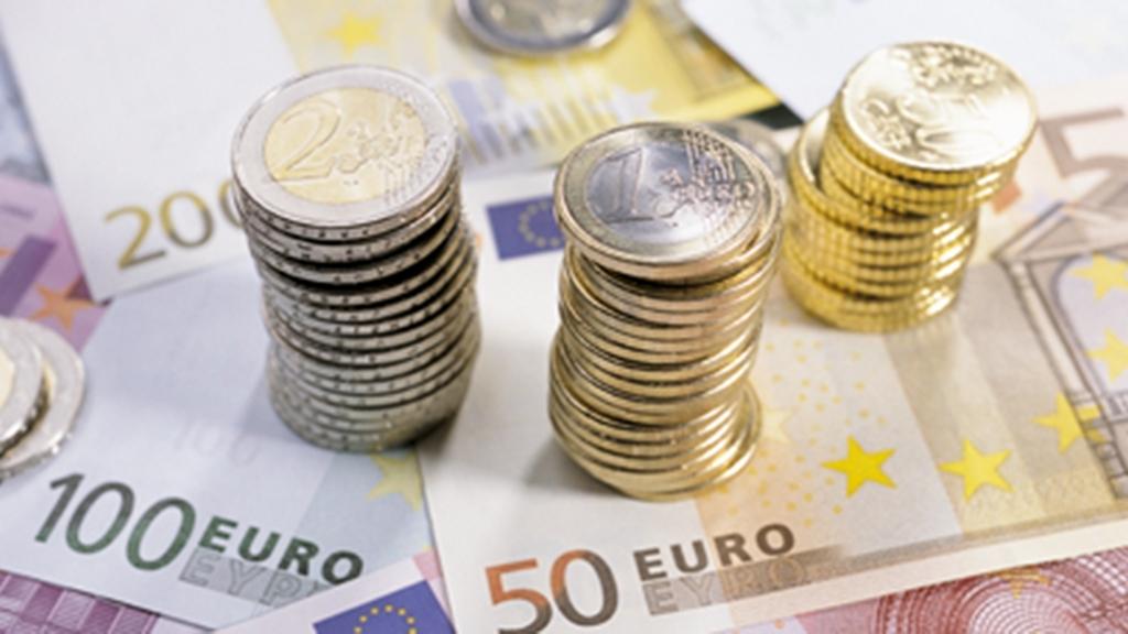 Euro-Geldscheine und Münzen