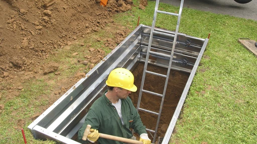 Arbeiter beim Grabaushub auf Friedhof