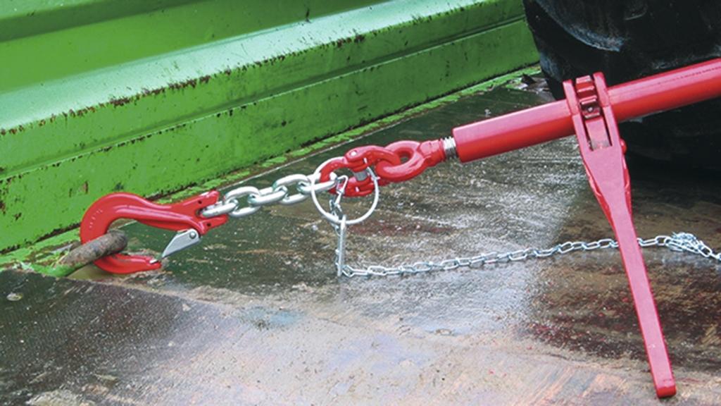 Detailaufnahme einer Ladungssicherung mittels Zurrkette mit Ratschenspanner