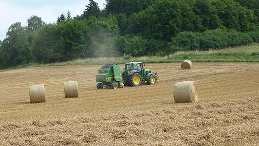 Traktor mit Ballenpresse