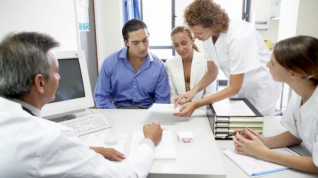 Personen beim Arzt im Beratungsgespräch
