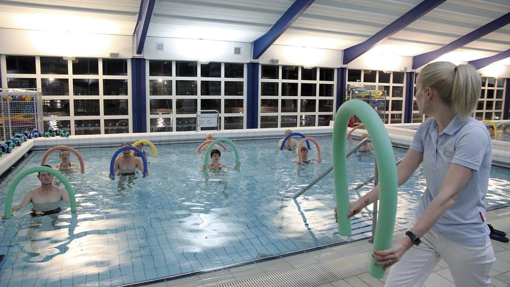 Sportgruppe im Wasser bei Wassergymnastik