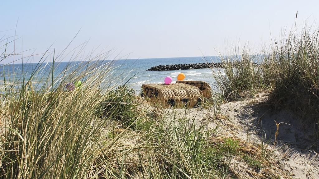 Strandkorb mit Luftballons am Meer