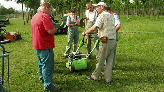 Personen bei der Unterweisung Grünpflege