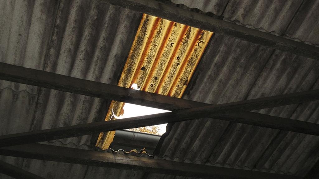 Dacharbeiten:Eine Lücke im Wellblech des Dachs