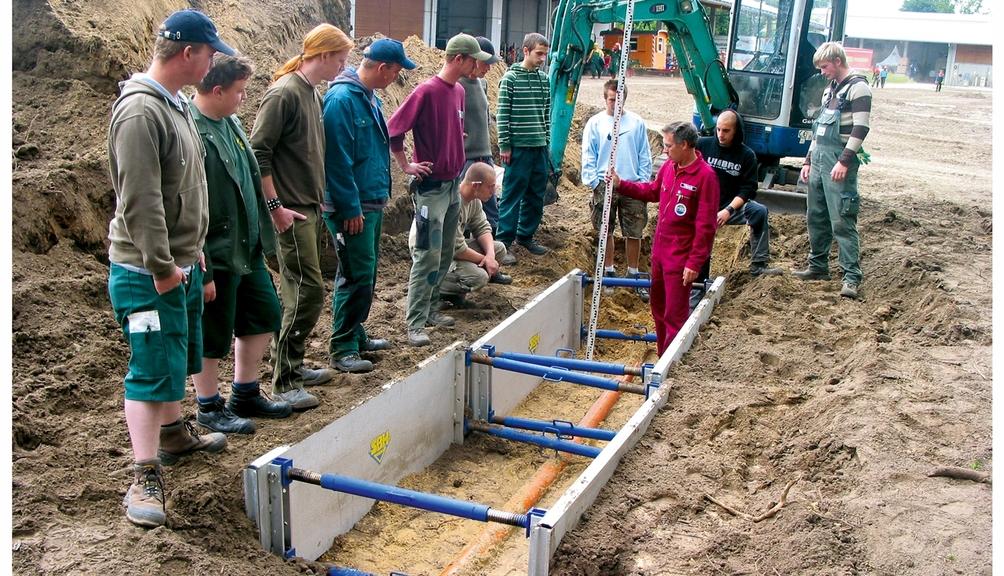 Bild: Arbeiter erhalten Einweisung in den Grabenverbau