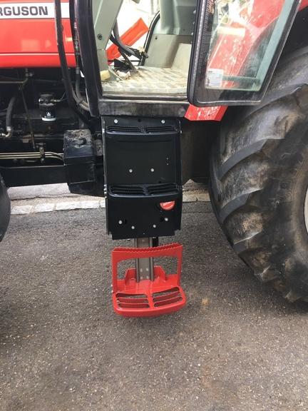 Komforttritt ist an einem Traktor angebracht.