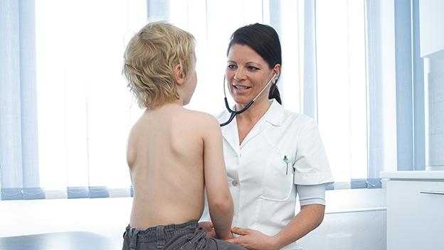 Ärztin mit Kleinkind bei der Vorsorge