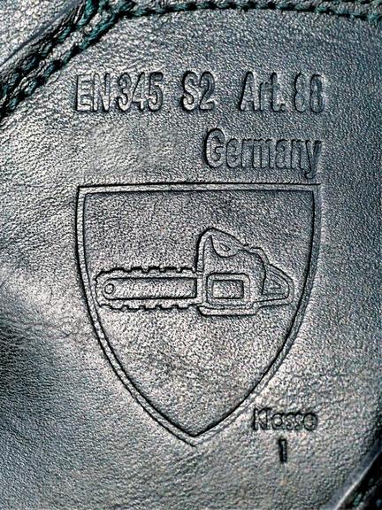 Bild:Piktogramm zur Kennzeichnung von Schutzkleidung für den Motorsägeneinsatz, hier für einen Schnittschutzschuh