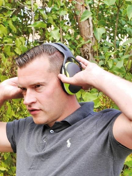 Mann mit Gehörkapselschutz