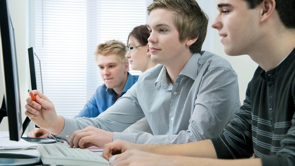 Auszubildende am Computer