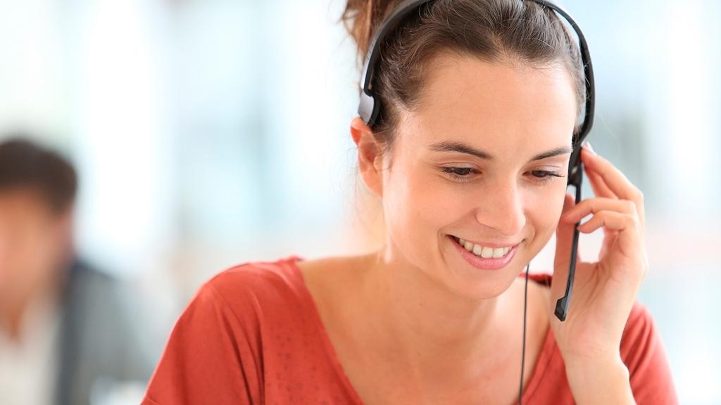 Bild: Frau mit Headset beim Telefonieren